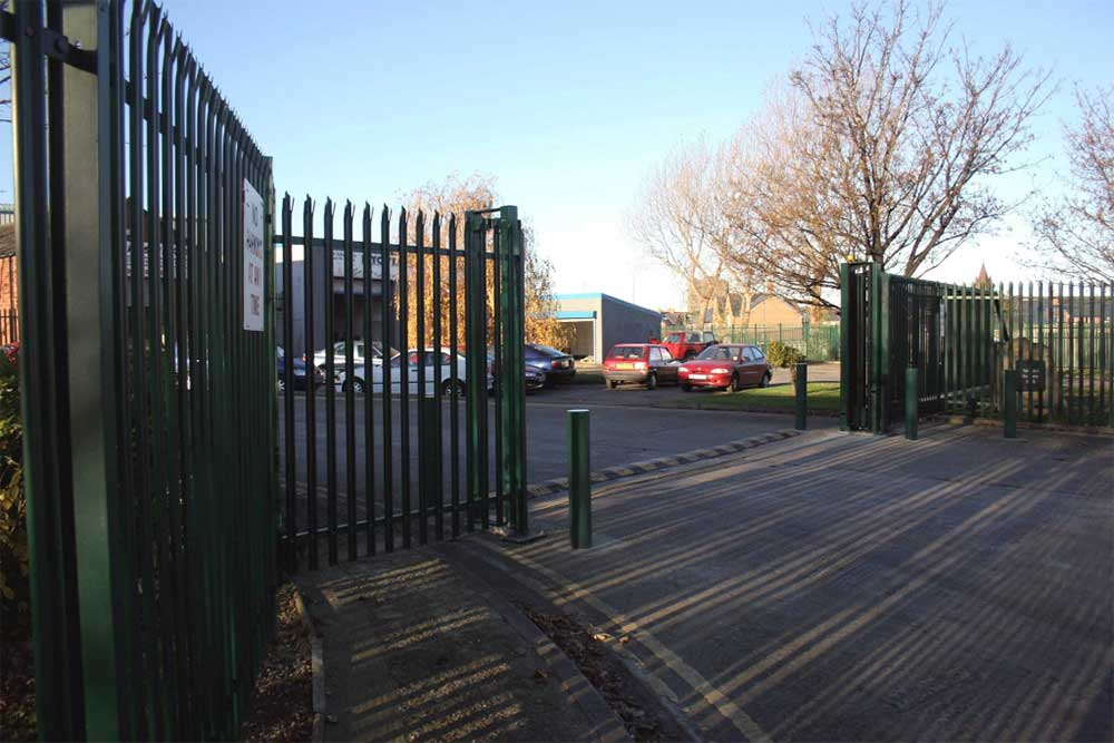Steel palisade sliding gate